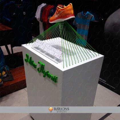 Expositor em MDF com Letras em Relevo e Suporte Aramado