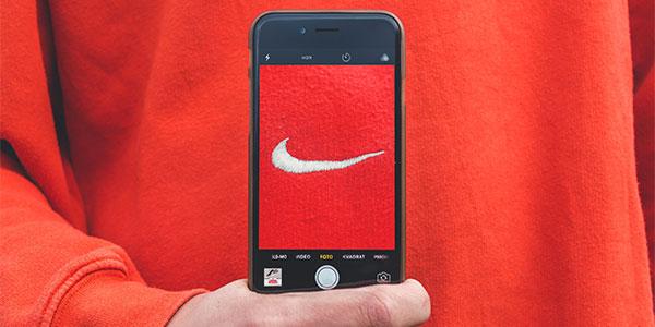 Imagem que mostra o logo da Nike representando a força da marca   Bárions Produções