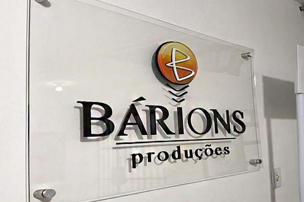 Painel produzido em acrílico com o logo da Bárions Produções