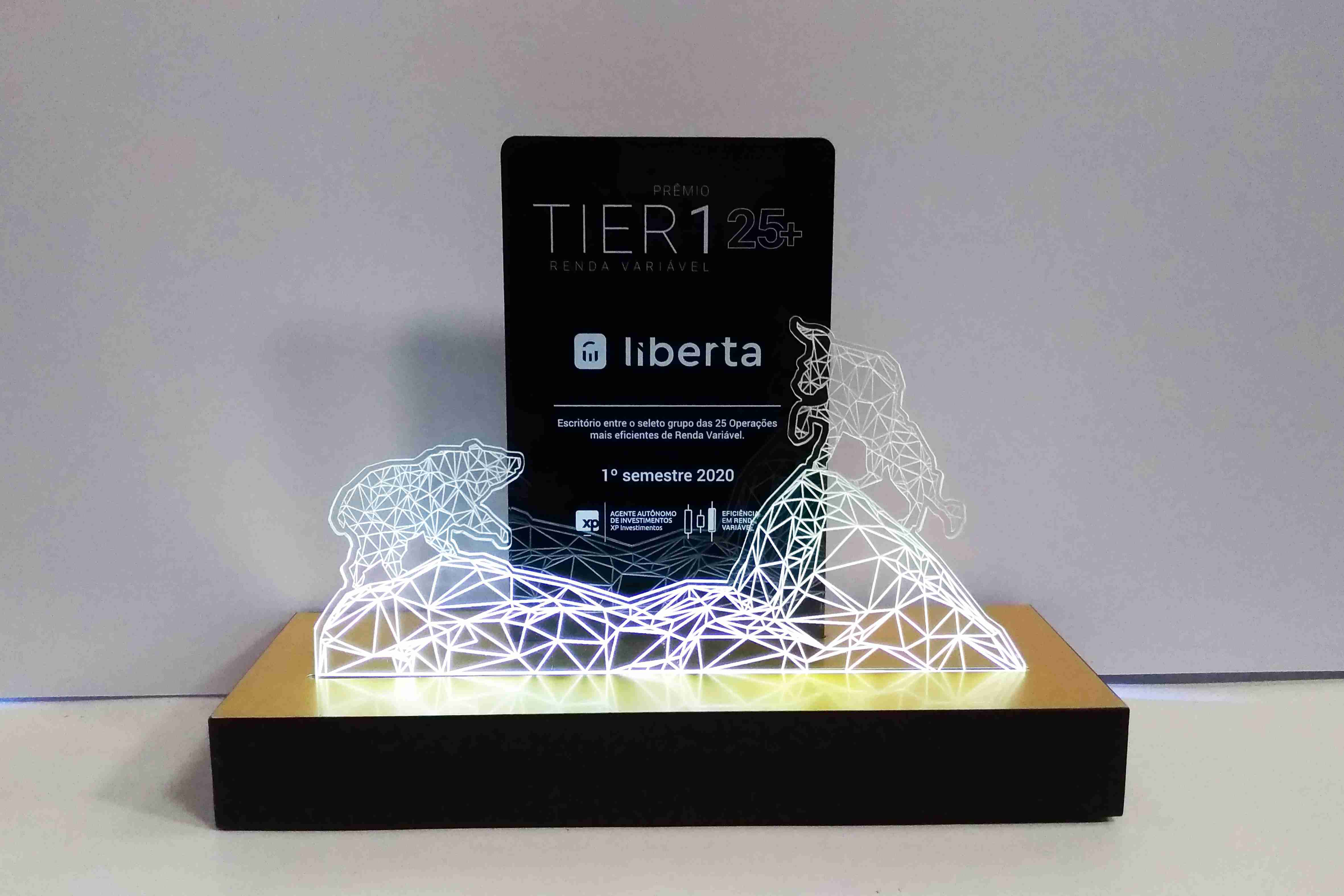 Troféu em Acrílico com impressão a laser e iluminação em LED positivado pela Bárions
