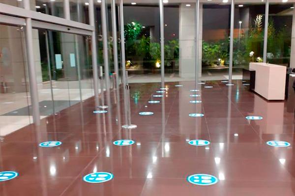 Adesivo de chão para sinalização em hall de entrada   Bárions Produções
