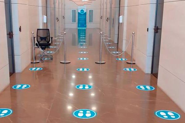 Adesivo de chão / piso para sinalização de distanciamento social  Bárions Produções