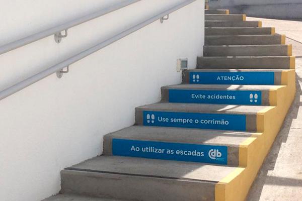 Adesivo de piso para sinalização de escada   Bárions Produções