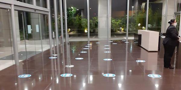 Adesivo de piso, produzido e positivado pela Bárions Produções