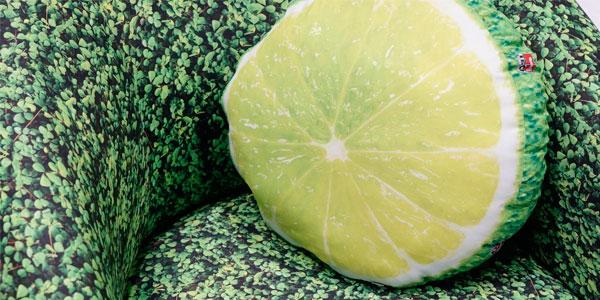 Poltrona e almofada revestidas com tecido impresso em sublimação para ação promocional   Bárions Produções