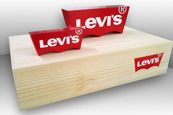 Expositor em MDF positivado pela Bárions Produções para a marca Levis.