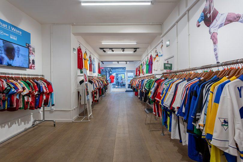 Adesivos de parede e araras de roupas são os elementos básicos da decoração da CFS | Bárions Produções